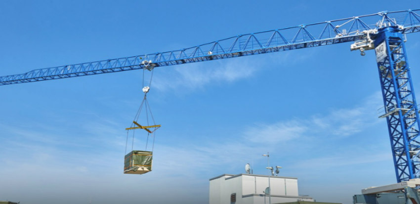 The COMANSA 21LC750 tower crane works at the SKYPARK Berlin hotel