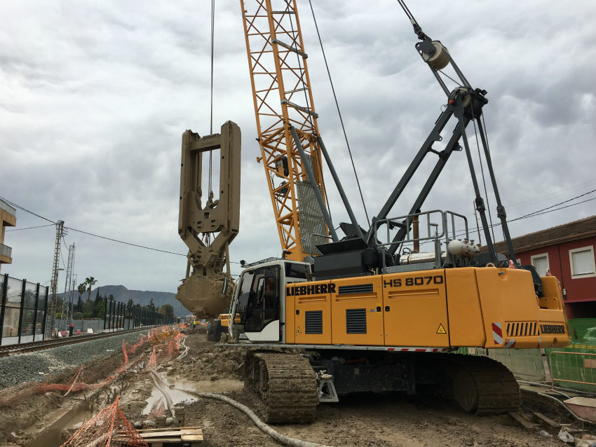 Five Liebherr HS crawler cranes generations work on the high-speed train works in Murcia