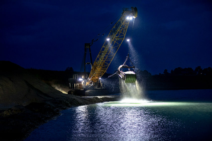 In the Heart of the Gravel Pit: HS 8130 HD digs with Impressive Efficiency