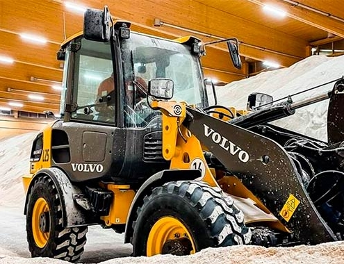 Volvo L25 Electric gives winter the cold shoulder with eco-friendly city cleaning